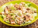 Рецепта Зелена салата айсберг с орехи и печено филе от сьомга на кубчета